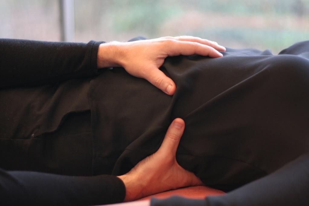 handen op lichaam